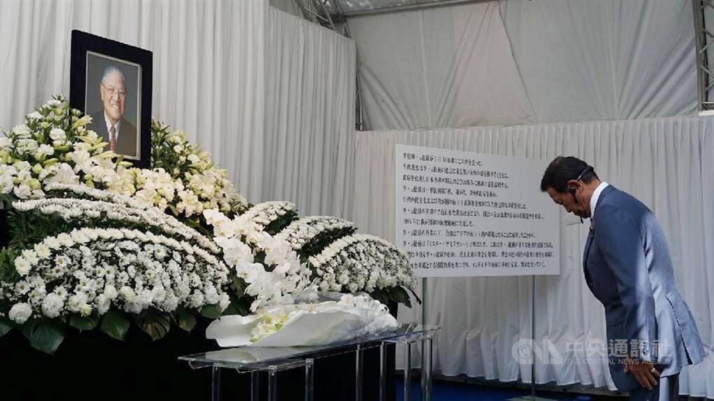 日本副首相麻生太郎前往駐日代表處弔唁李前總統辭世,並向駐日處致意。中央社記者楊明珠東京攝 109年8月3日