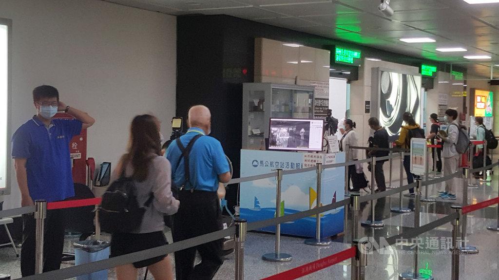 為有效防堵疫情,澎湖機場與港口架設的紅外線體溫感應器再度使用,針對入出境的旅客進行第一關檢測。中央社 109年8月3日