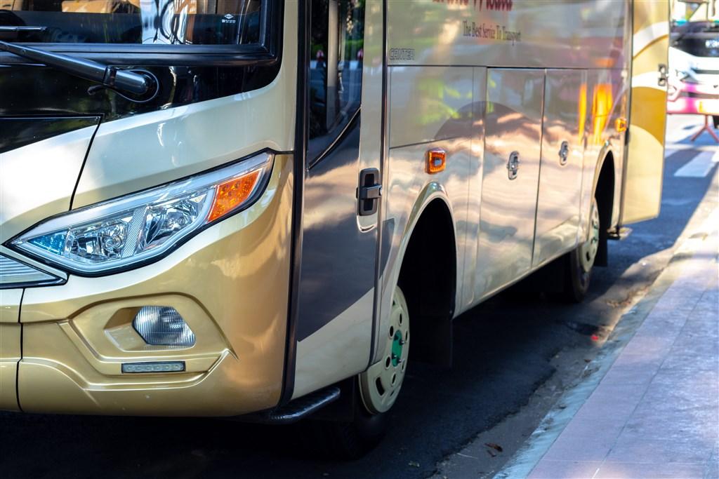 1名邱姓女大生2日晚間搭台中客運304公車準備返家慶生,下車時疑司機未注意,脖子為車門所夾,但公車仍續行駛。(示意圖/圖取自Unsplash圖庫)