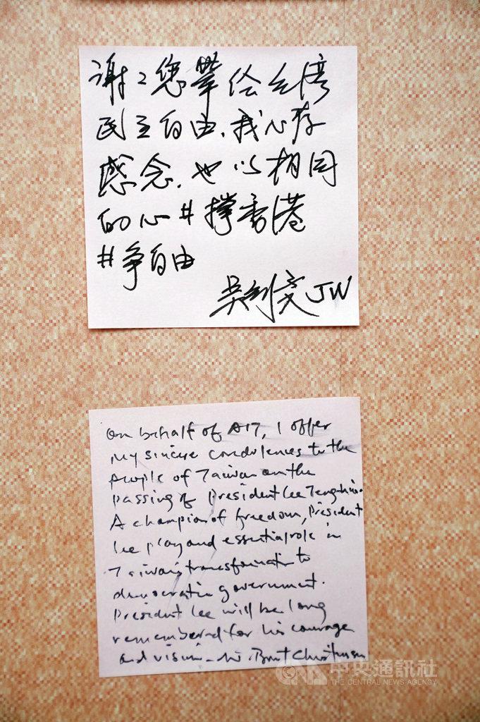 前總統李登輝辭世,美國在台協會(AIT)處長酈英傑(Brent Christensen)與外交部長吳釗燮3日上午前往會場致意,兩人寫下追思紙條悼念李登輝。中央社記者徐肇昌攝 109年8月3日