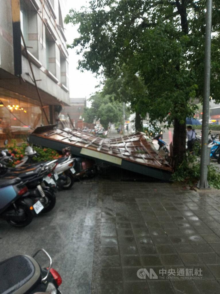受大雨影響,台中市文心路3段一家店家前3日上午廣告招牌突然掉落,壓毀多輛停在人行道上的機車。(民眾提供)中央社記者郝雪卿傳真 109年8月3日