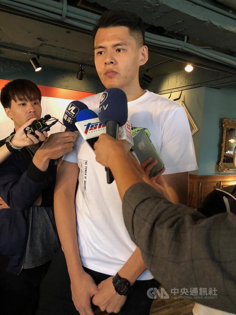 揮別待了10年的超級籃球聯賽(SBL)裕隆納智捷,有「台灣魔獸」之稱的中鋒李德威(右)轉戰寶島夢想家,他3日表達相當期待,盼到新環境後能證明自己。中央社記者黃巧雯攝 109年8月3日