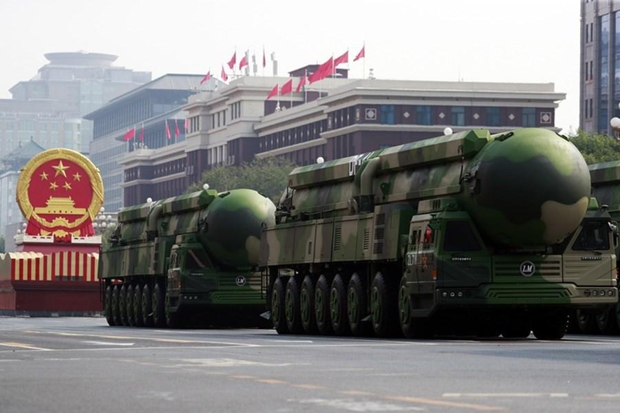 日媒共同社引述中國軍事專家楊承軍的文章指,中國可能已具備在敵方發射飛彈落地前偵測到,並以核武反擊的預警系統。圖為中國舉行建政70週年閱兵式,號稱可鎖定全球戰略目標的東風41型洲際彈道飛彈首度亮相。(中新社)