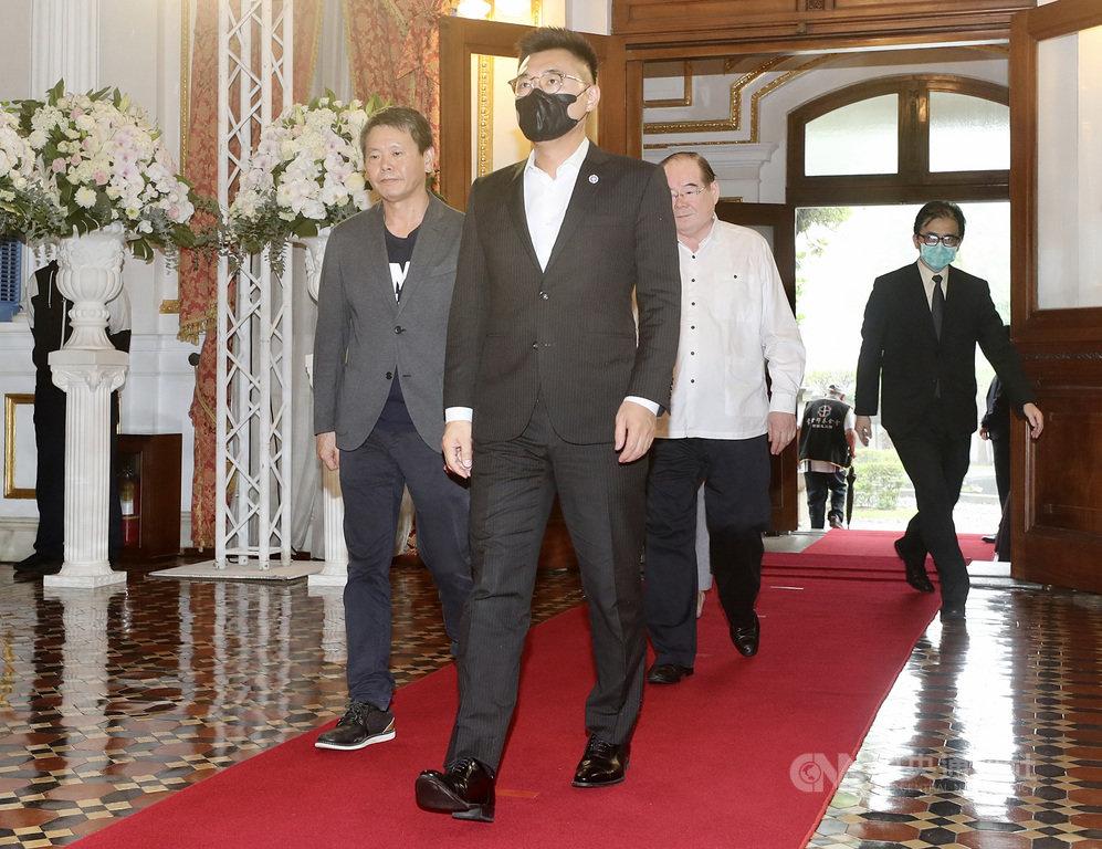 前總統李登輝7月30日病逝,享耆壽98歲。國民黨主席江啟臣(前)、國民黨立法院黨團總召林為洲(左)等3日上午前往追思會場致意。中央社記者張皓安攝 109年8月3日