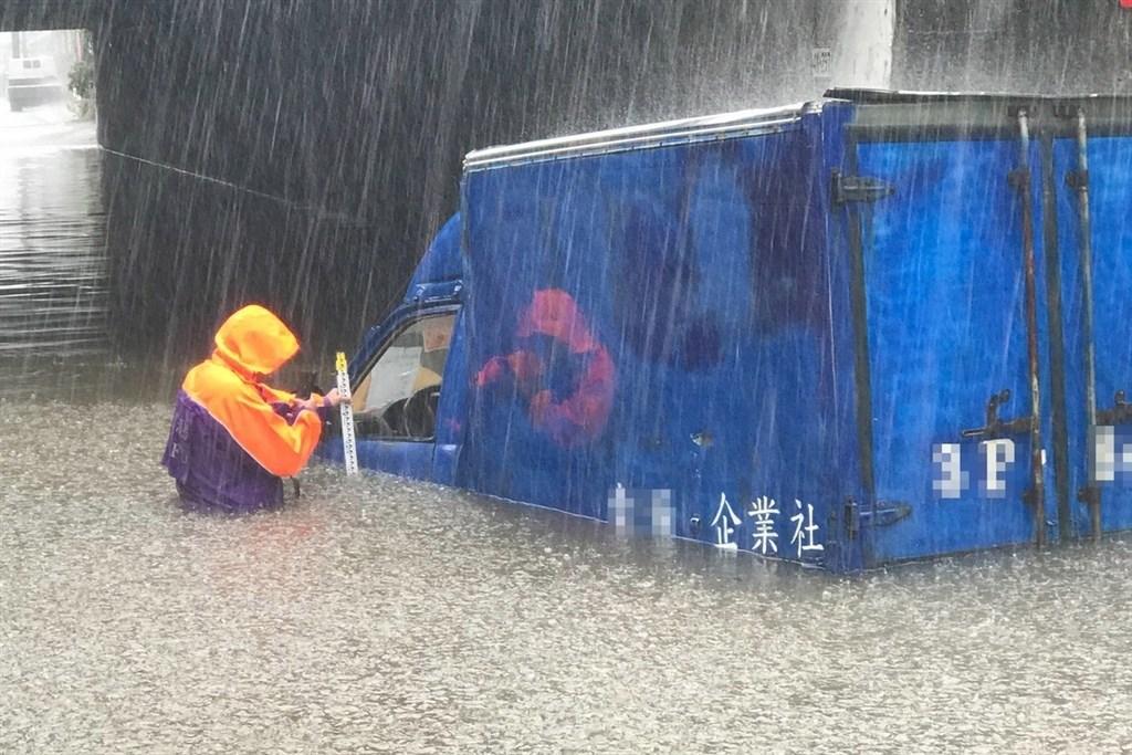 颱風哈格比3日造成89處災情,多數集中在台北和新北,圖為桃園市大園區一處涵洞道路淹水一公尺,小貨車拋錨受困。(桃園市政府消防局提供)