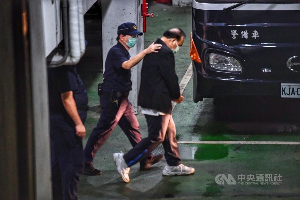 國民黨籍立委廖國棟(右)涉及收賄案,4日下午被台北地方法院裁定收押,晚間在警方戒護下,低著頭走向囚車。中央社記者王飛華攝 109年8月4日