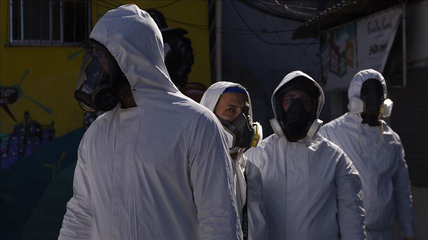 拉丁美洲4日武漢肺炎確診人數已突破500萬人,說明了此地區是全球疫情最嚴重的地方。圖為6月25日里約防疫人員準備進行消毒作業。(安納杜魯新聞社)