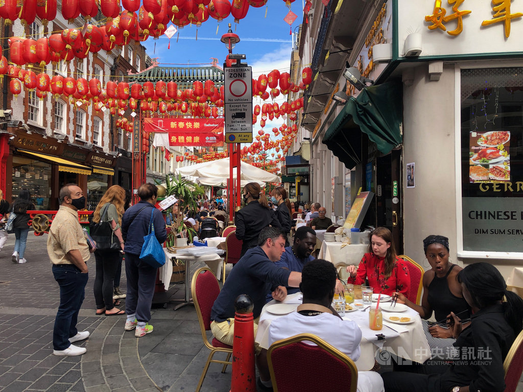 英國政府推出「吃外食救經濟」(eat out to help out)本週起跑,倫敦中國城店家把桌椅搬到大街上營業,有如露天咖啡座。中央社記者戴雅真倫敦攝 109年8月5日