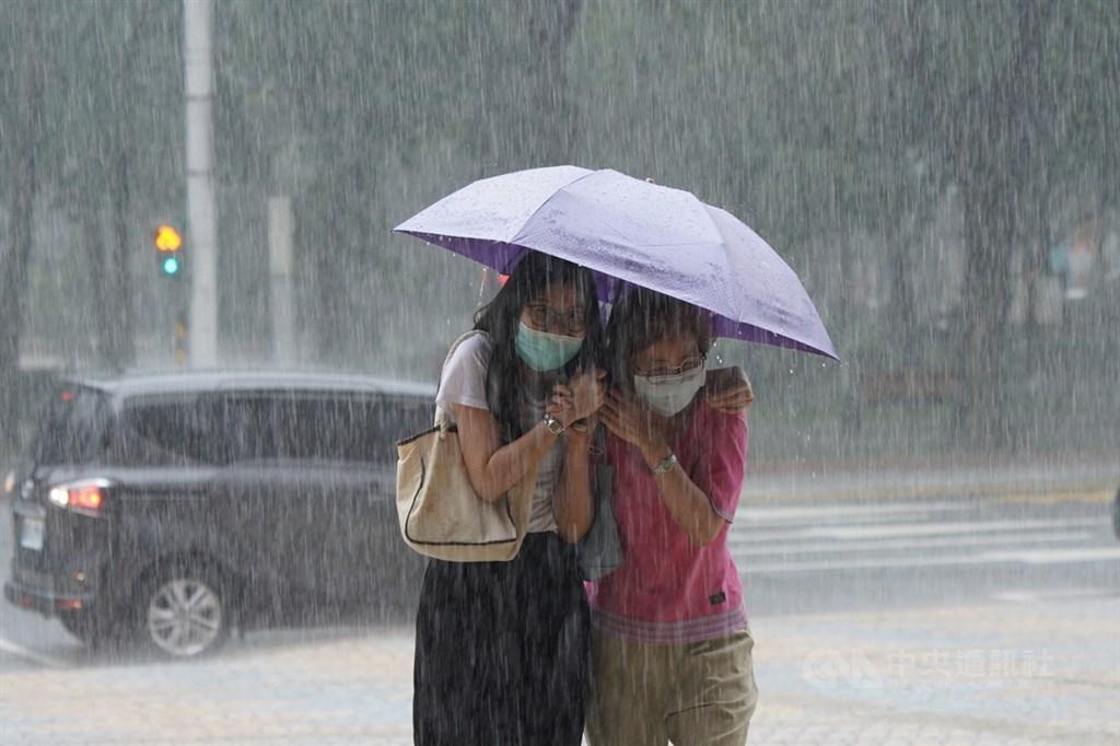 雨區擴大,氣象局5日下午4時針對台北市等10縣市發出大雨特報,請民眾注意瞬間大雨、雷擊及強陣風。(中央社檔案照片)