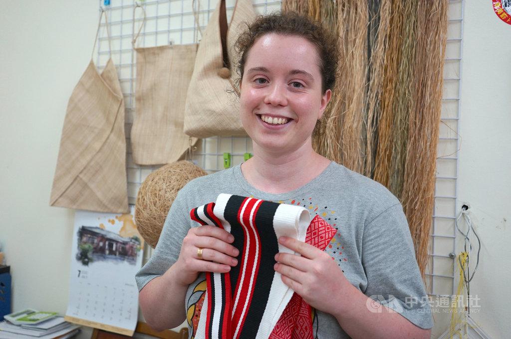 來自法國的大學生何伊蓮今年初到台灣學習噶瑪蘭族特有的香蕉絲編織,不過因學習時間有限,僅能先以棉線練習織法,她和花蓮新社香蕉絲工坊的工藝師們約定,將來要找時間回來繼續學習。中央社記者張祈攝 109年8月5日