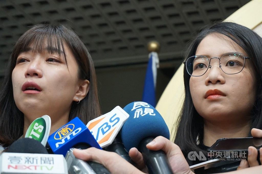 台北市議員黃郁芬(右)、林穎孟(左)5日宣布退出時代力量,將以無黨籍議員繼續服務市民。兩人晚間受訪表示,是因不認同時力放話文化及雙重標準,且多次反映問題都遭忽視才會退黨。中央社記者劉建邦攝 109年8月5日