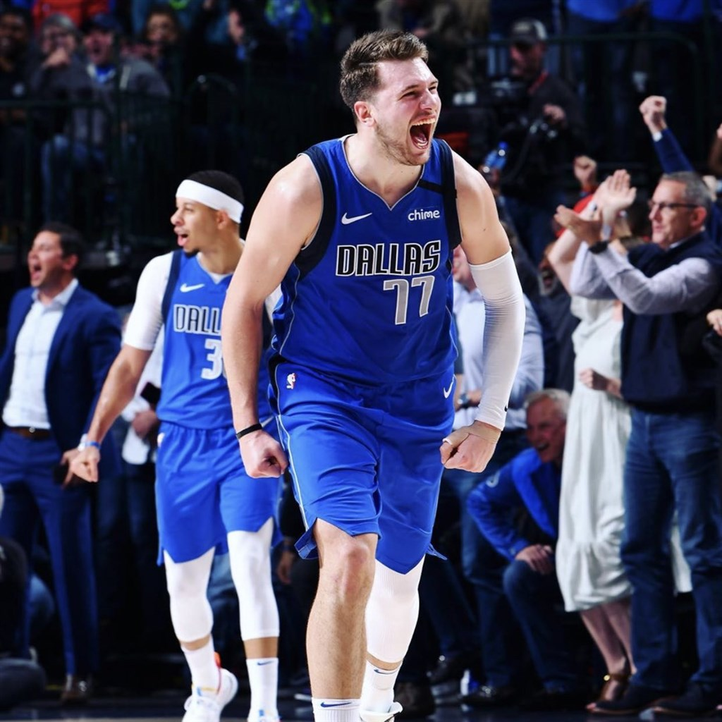 NBA達拉斯獨行俠球星唐西奇(前)5日拿下34分、20籃板、12助攻,締造史上最年輕至少30分、20籃板、10助攻的超級大三元紀錄。(圖取自twitter.com/dallasmavs)