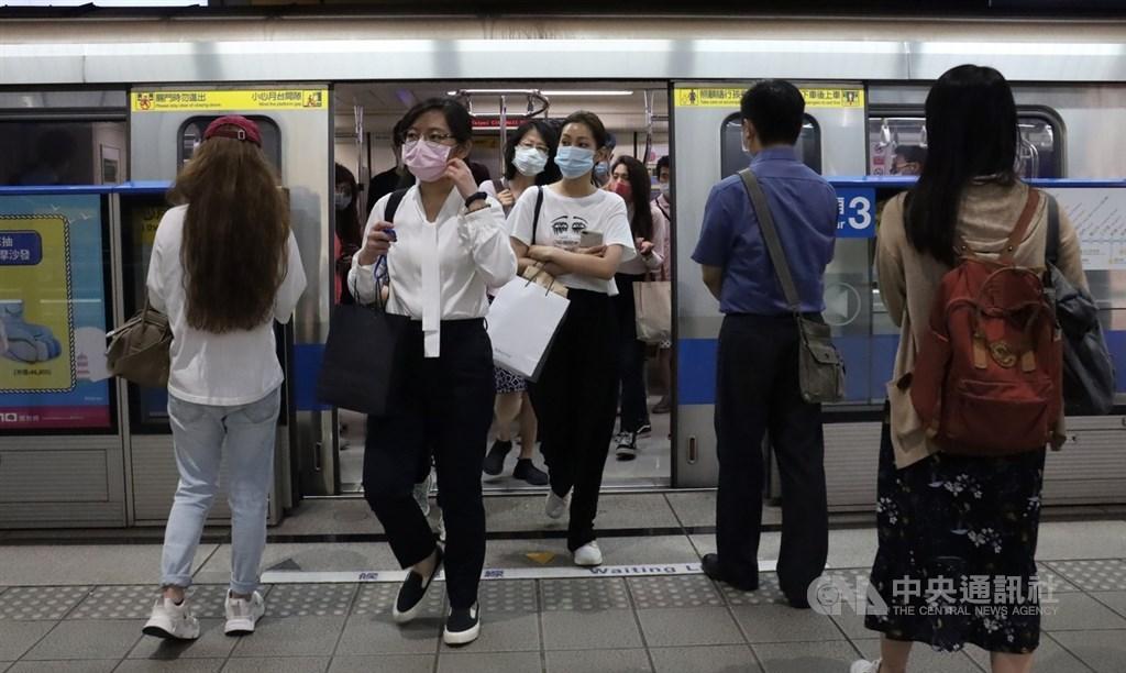 因應中央宣布出入8類場所戴口罩,台北市府5日表示,6日上午5時起,出入公共場所、大眾運輸、醫療院所等均須戴口罩並落實實名制,有一週勸導期。(中央社檔案照片)