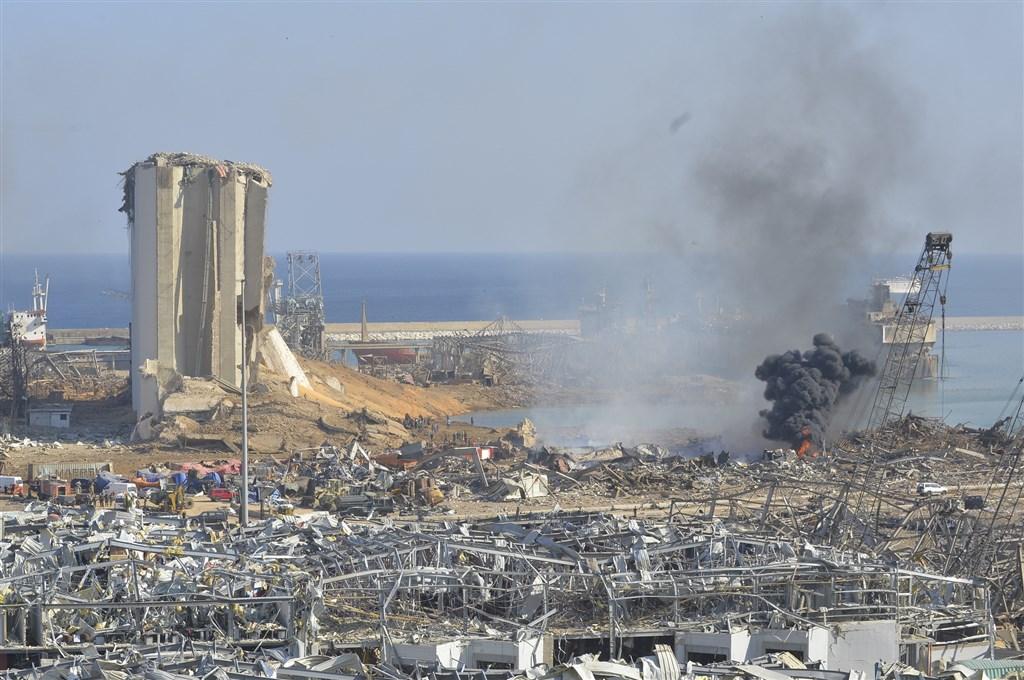 黎巴嫩首都貝魯特港區4日發生承平時期最嚴重的大爆炸。聯合國世界糧食計劃署署長擔心黎巴嫩85%穀物無法由此港口輸入,可能兩週後就沒有麵包吃。(安納杜魯新聞社)