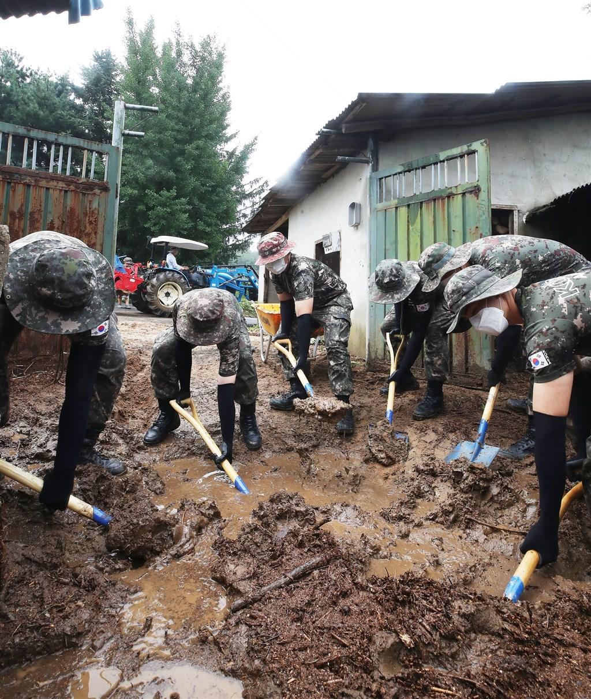 韓國連日豪雨成災,降雨帶來的洪水與土石流造成超過1000人流離失所,國務總理丁世均5日特別在政府會議中指示行政安全部盡快檢討。圖為韓國軍方幫助民眾清理家園。(韓聯社)