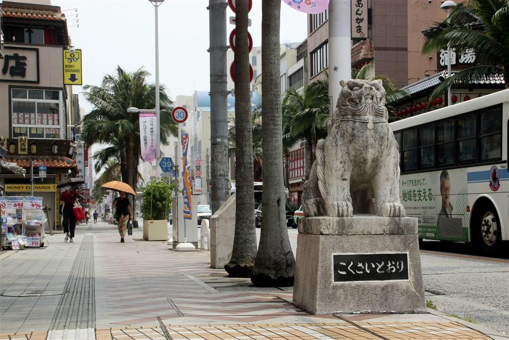 日本境內武漢肺炎疫情持續延燒,沖繩縣決定擴大「緊急事態宣言」實施範圍,並呼籲在外縣民暫勿返鄉。圖為5日沖繩國際通街道人煙稀少。(共同社)