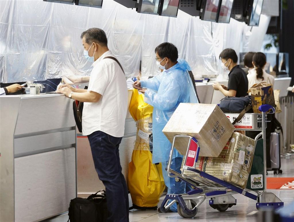 外傳來台一個多月的日籍男子返日後確診武漢肺炎,中央流行疫情指揮中心5日表示,該男子6月中來台工作,曾接受居家檢疫,至今沒有任何症狀,衛生單位已掌握接觸者共80人。圖為日本成田機場。(共同社)