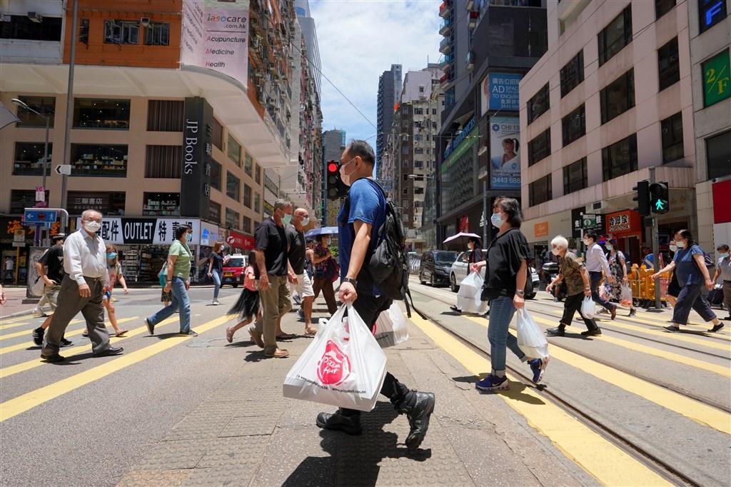 香港5日公布一例武漢肺炎確診個案,日前剛從台灣返港,因居家隔離期間落跑,暫列本土病例。圖為7月30日香港灣仔街頭。(中新社)