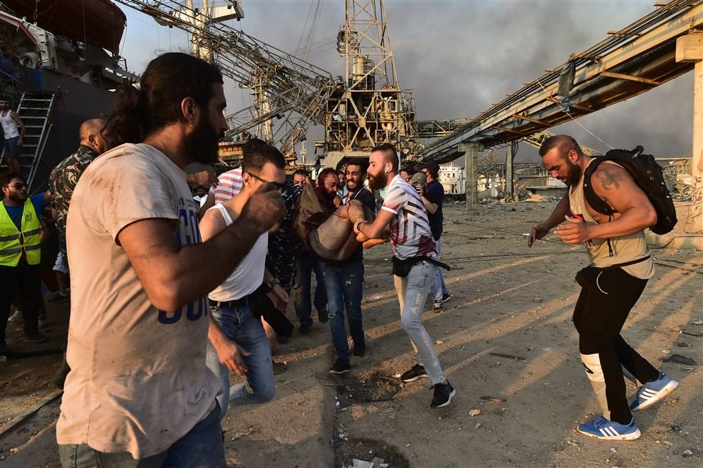 黎巴嫩當局表示,貝魯特市中心附近港區倉庫發生2750公噸硝酸銨爆炸的事故,目前為止,至少78死亡,近4000人受傷。(安納杜魯新聞社)