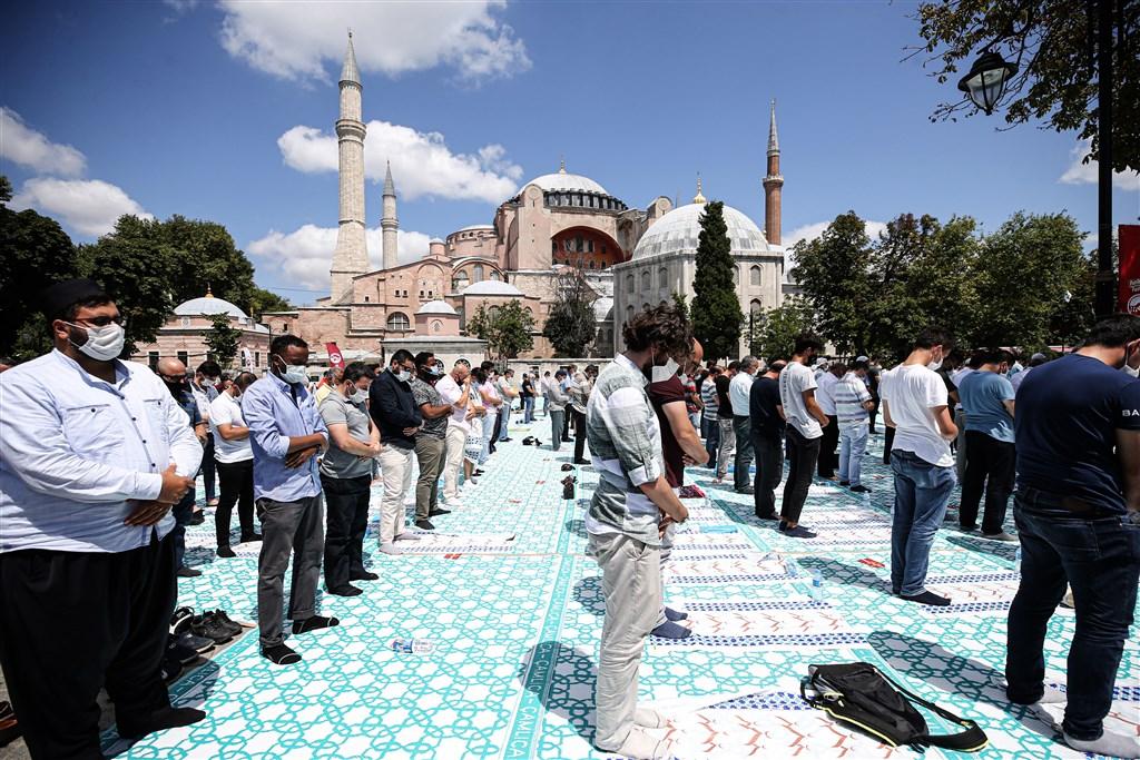 土耳其武漢肺炎新增病例4日超過1000例,衛生部長克扎表示,4天連假期間不少人在國內旅遊,新增病例反映出最近幾天疫情「嚴重」攀升的趨勢。圖為民眾戴口罩在聖索菲亞大清真寺禮拜。(安納杜魯新聞社)