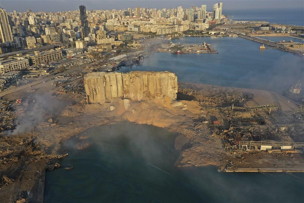 黎巴嫩貝魯特4日爆炸已造成逾百人喪命、逾4000人受傷。浩劫後,受訪者表示「彷彿置身恐怖電影中」、「整座城巿全是玻璃」。(美聯社)