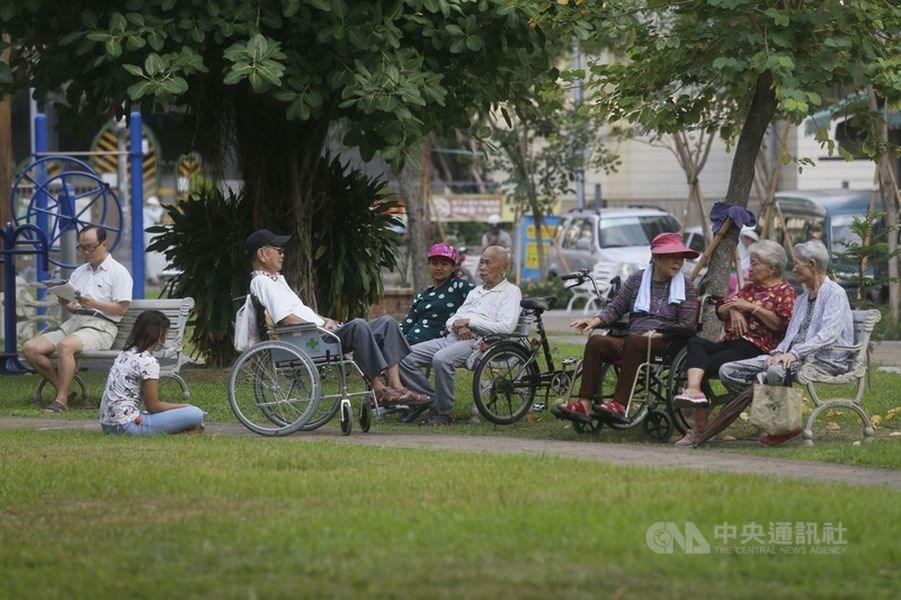內政部5日公布「108年簡易生命表」,民眾平均壽命為80.9歲,其中男性77.7歲、女性84.2歲,都創歷年新高。(中央社檔案照片)