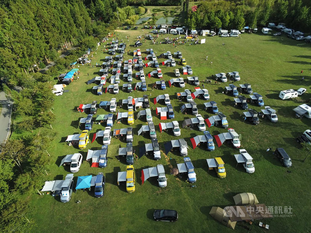 武陵農場北谷區的大草原占地近2公頃,本為遊客休憩空間,1日卻有100多輛露營車駛入,被民眾質疑農場未確實管控,影響草原生態。(民眾提供)中央社記者趙麗妍傳真 109年8月6日