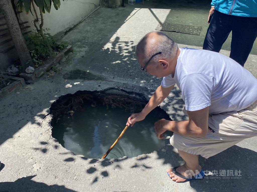 彰化縣彰化市中興路186巷的道路6日上午突然出現一個坑洞,附近民眾拿竹竿測試,發現坑洞深約1公尺。由於附近有興建大樓工地,施工單位已先回填水泥,穩固地基。(翻攝畫面)中央社記者吳哲豪傳真 109年8月6日