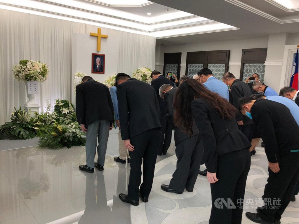 前總統李登輝辭世,駐泰國代表處在館內設置追思堂,泰國多位僑團領袖及僑團成員5日前往代表處追悼。(駐泰國代表處提供)中央社記者呂欣憓曼谷傳真 109年8月6日