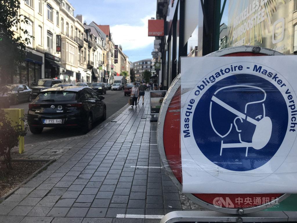 比利時首都布魯塞爾2019冠狀病毒疾病病例反彈,全城擴大強制戴口罩命令恐箭在弦上,圖為8月6日僅在購物街頭豎立強制口罩標誌。中央社記者唐佩君布魯塞爾攝 109年8月6日
