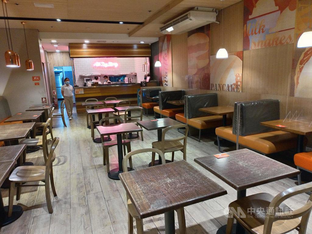 因疫情嚴峻,大馬尼拉地區4日起重回「調整版強化社區隔離」,禁止民眾在餐廳內用。一名服務生4日在空蕩蕩的餐廳內等待顧客上門。中央社記者陳妍君馬尼拉攝 109年8月6日