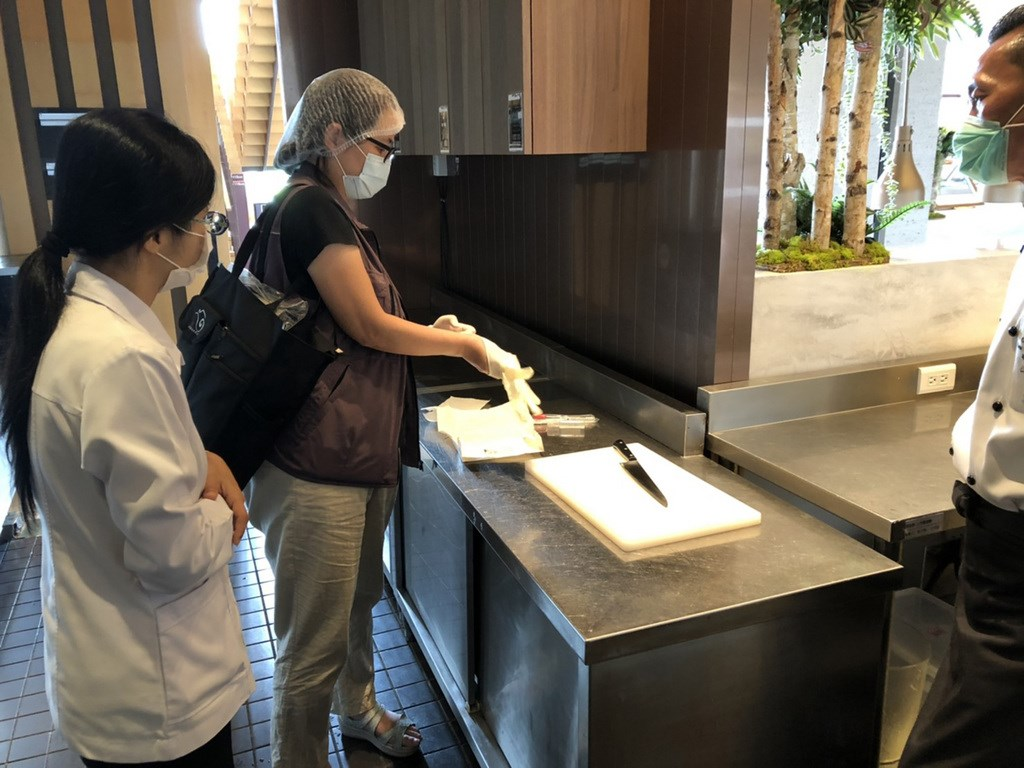 宜蘭礁溪老爺酒店自助餐廳傳出疑似食物中毒案,至6日共有121人出現噁心等徵狀。圖為宜蘭衛生局5日派員前往礁溪老爺酒店採集多件環境檢體及飲用水檢體送驗。(衛生局提供)