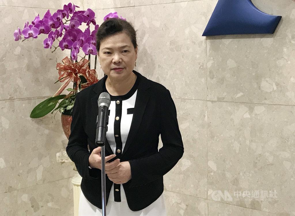 經濟部長王美花6日表示,目前政府每日徵用口罩800萬片,且口罩實名制會一直實施到年底,民眾若是自己使用,絕對沒有問題。中央社記者梁珮綺攝 109年8月6日