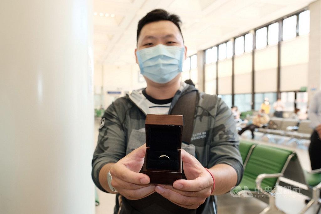 搶攻各家航空公司的類出國6日起陸續登場,由打頭陣的台灣虎航「微旅行」首發, 從事壽險業的王先生(圖)表示,這次的微旅行出國,特別準備了戒指,要在高空上給女友特別的求婚經驗。中央社記者吳睿騏桃園機場攝 109年8月6日