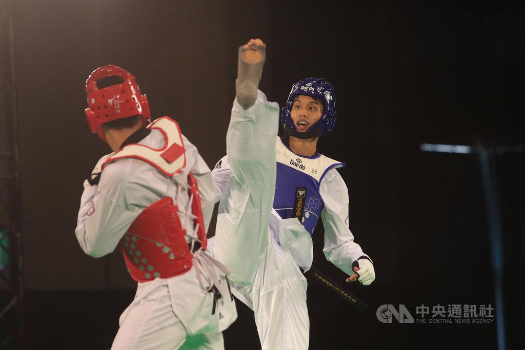 模擬東京奧運對抗賽6日進行跆拳道項目,曾拿下拿坡里世大運銅牌的跆拳道好手劉威廷(藍方)在男子80公斤量級出賽。中央社記者吳家昇攝 109年8月6日