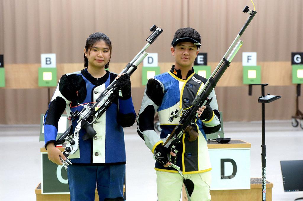 模擬東京奧運對抗賽持續展開,台灣射擊好手林穎欣(左)與呂紹全(右)6日在10公尺空氣步槍混合賽冠軍戰,以16比10奪勝摘金。(國訓中心提供)中央社記者黃巧雯傳真 109年8月6日
