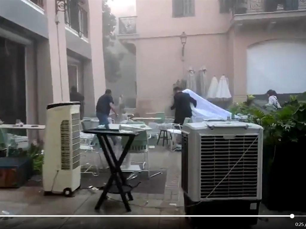 貝魯特發生大爆炸之際,黎巴嫩新娘賽布拉尼正拍攝婚禮影片,下一幕卻出現震耳欲聾的聲響,以及讓她幾乎站不住的劇烈搖晃。(圖取自twitter.com/ReutersLatam)