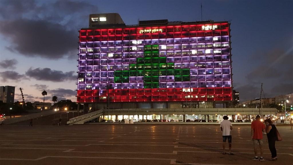 黎巴嫩首都貝魯特4日發生大爆炸,以色列特拉維夫市政廳5日把黎巴嫩國旗投影在整棟建物上。(圖取自twitter.com/MayorOfTelAviv)