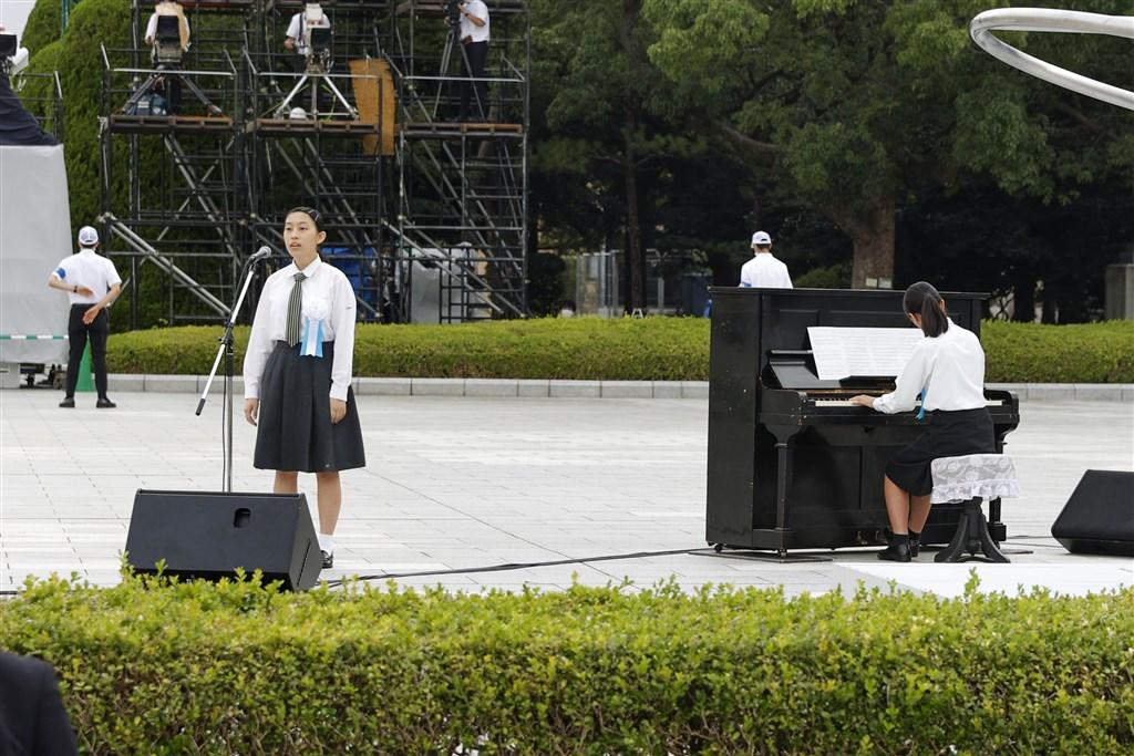 日本廣島原爆75週年,一台當年遭原子彈轟炸波及的「被爆鋼琴」經由調音師修復後重生,6日在和平紀念儀式上,由高中生彈奏「廣島和平之歌」。(共同社)