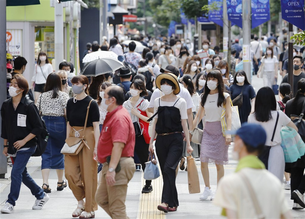 日本疫情最嚴重的東京都6日新增360例武漢肺炎確診病例,讓知事小池百合子不得不呼籲民眾不要出遊及返鄉。圖為池袋民眾戴口罩上街。(共同社)