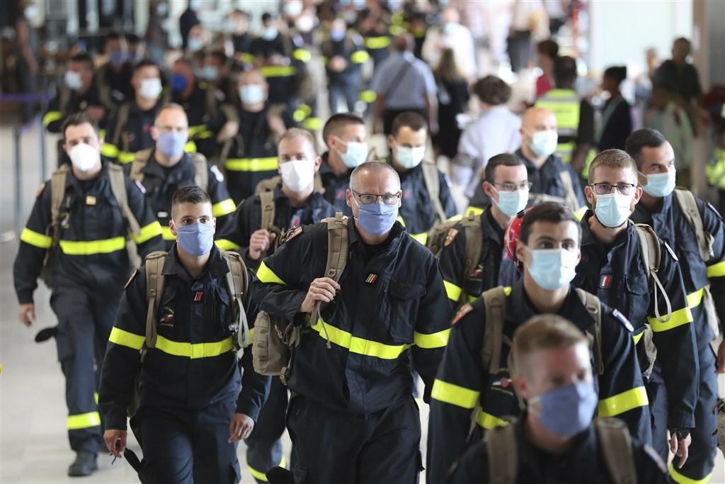 黎巴嫩首都貝魯特大爆炸死亡人數6日已達137人,受傷人數突破5000人,法國5日已派55名搜救人員趕赴災區。(美聯社)