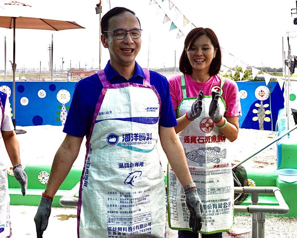 國民黨高雄市長補選候選人李眉蓁(右)6日與國民黨前主席朱立倫(左)合體訪視石斑魚養殖業者,允諾將全力行銷也要打開外銷通路。中央社記者董俊志攝  109年8月6日