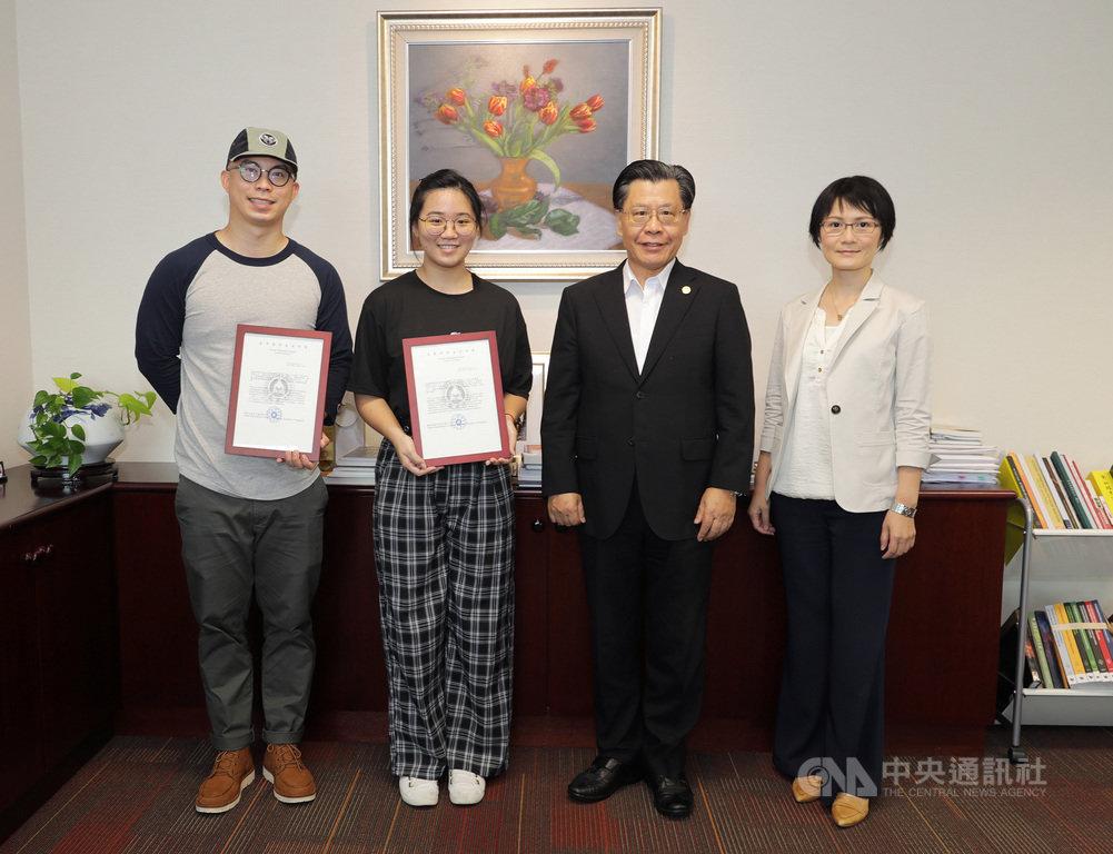 駐新加坡代表處7日舉行台灣獎學金頒獎典禮,新加坡學子卓俞翔(左1)與連緯霖(左2)將分赴台南藝術大學與世新大學就讀。中央社記者黃自強新加坡攝 109年8月7日