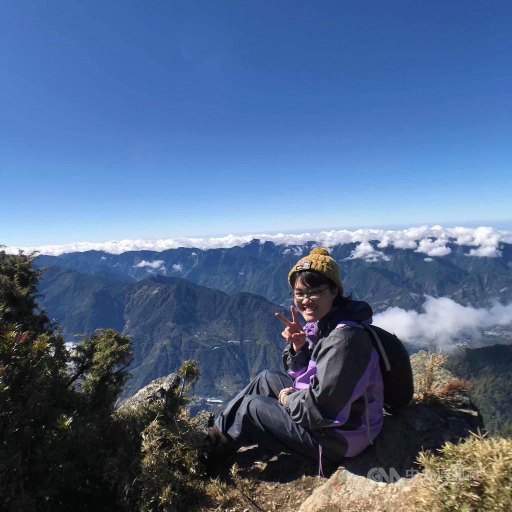 台北大學登山社女學生簡雯妤今年5月間赴南投攀登畢祿山時不慎墜谷身亡,她生前熱愛山岳,留下許多在山上的身影。(家屬提供) 中央社記者葉臻傳真 109年8月7日