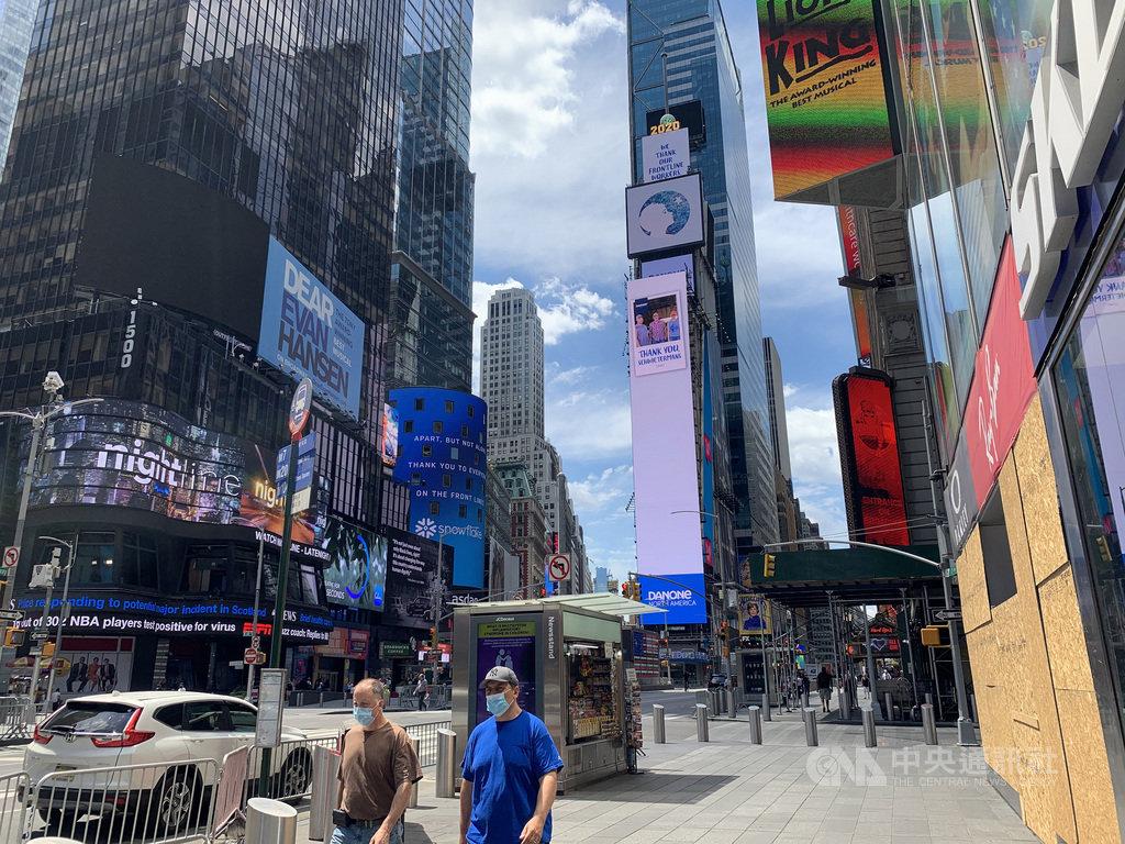 紐約市逐步鬆綁防疫限制,曾因新型冠狀病毒疫情停業的商家陸續恢復營業,但時報廣場仍未恢復昔日熱鬧景觀。圖為6月26日時報廣場景象。中央社記者尹俊傑紐約攝  109年8月7日