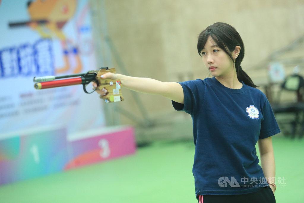 模擬東京奧運對抗賽7日在國家射擊訓練基地公西靶場進行射擊項目,女將吳佳穎在10公尺空氣手槍決賽上陣,順利摘下金牌。中央社記者吳家昇攝 109年8月7日