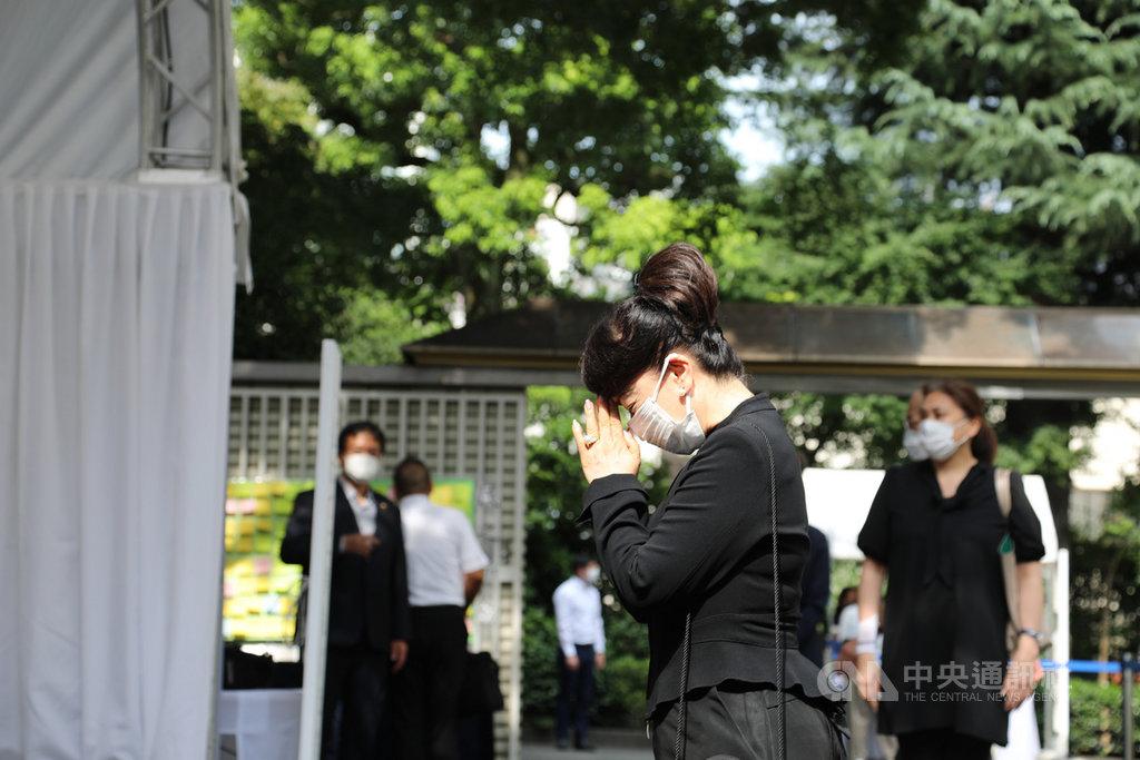 旅日女星翁倩玉7日到駐日處悼念李登輝,在李登輝遺照前合掌致意。她表示,李登輝對台日友好貢獻很大。中央社記者楊明珠東京攝 109年8月7日
