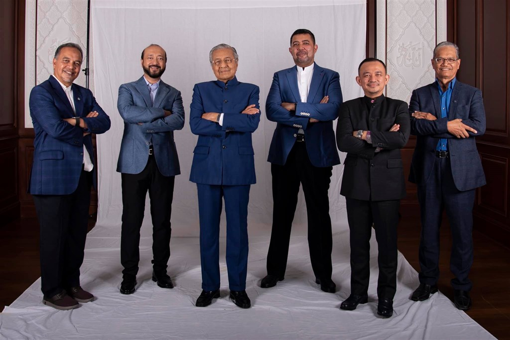 95歲的馬來西亞前首相馬哈地(左3)7日宣布成立一個屬於馬來人和土著的新政黨。(圖取自facebook.com/TunDrMahathir)