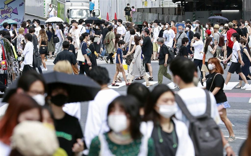 法新社彙整官方數據顯示,截至台灣7日晚間7時,全球至少至少1913萬3340人確診武漢肺炎疫。東京單日確診人數7日衝破400例。圖為池袋街頭人潮。(共同社)
