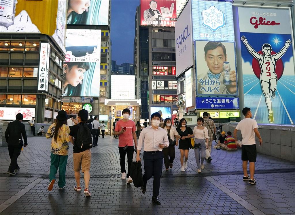 日本6日新增1484例武漢肺炎確診,連續3天新增超過1000例。圖為大阪民眾上街戴口罩。(共同社)